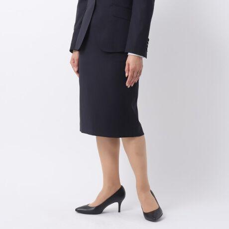 [型番:15373320]【デザイン】上品な光沢感のある生地を使用したタイトスカート。すっきりとしたタイトフォルムにきちんと感が漂う印象です。伸縮性のある生地と、バックベント仕様で軽やかな足さばきを叶える1枚です。※ポケット数:横×2こちらの商品はセットアップでご利用いただけます。テーラードジャケット:検索番号153-43320ノーカラージャケット:検索番号153-43321【生地感】軽く、適度なストレッチ性を持った着心地の良い素材です。※裏地あり