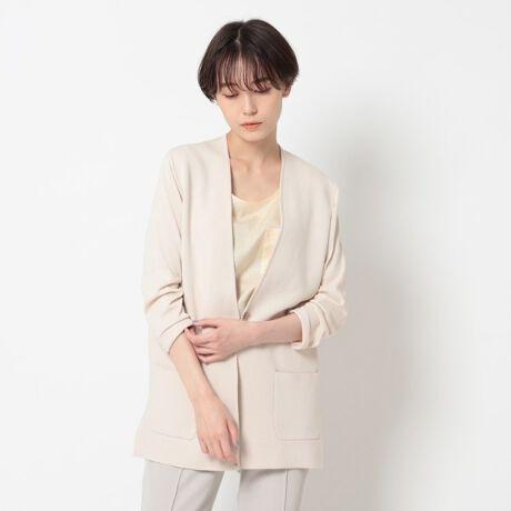 [型番:12732908]【Design Point】カーディガン感覚で軽く羽織れるノーカラーのジャケット。ニットならではの心地よいストレッチ性と相反するジャケットならではのスッキリとしたクリーンなシルエットを併せ持つニットジャケットです。胸元をシャープに見せながら抜け感があり、堅い印象がやわらぐVノーカラーデザインです。身頃はしっかりした肉感に仕立て、袖と後ろ身頃はあえて、軽さとリラックス感を出す為に柔らかい風合いで薄めの肉感に仕上げています。ボタンをはずしてさっと肩掛けしたり、留めてもきれいに着こなせます。リモートワークで会議、そんな時も「リラックス感をまといながらサマになる」が叶います。【Styling Point】シンプルなデザインは着回し力があり、オフィスシーンからオケージョンシーンまで幅広く活躍します。インナーにTシャツを合わせて、リラックス感のあるニューオフィススタイルが完成します。布帛の綺麗めパンツと合わせるのはもちろん、同素材のニットパンツと合わせてのセットアップもおすすめです。【Fabric Point】ドレープ性がありしなやかな風合いのレーヨンに、十字断面ポリエステルを複合する事により、ドライなタッチと富んだ機能性を兼ね揃えたコンフォートヤーンです。ポリエステルが十字断面になっているため、通常のポリエステルに比べ、軽く、吸水性に富んでおります。また繊維の中に、UVCUTセラミックが練りこまれているため、太陽光を遮断する効果があるため、富んだUVCUT性に加えて、接触冷感性も兼ね揃えている事が特徴になります。ベーシックライン、柄編みに対応した最適な素材になります。※この製品は、太陽光線中の紫外線(UV)を通しにくくします。この効果は永久的ではありません。サイズ違いの商品もご用意しております。S:127-32808 R:127-32408【サイズ表記変更のお知らせ】※ラージサイズの表記が、号数表記となりました。41⇒12号 42⇒13号 44⇒15号 46⇒17号 48⇒19号 ※12[LL]・13[LL]は、共に[LL]サイズとなりますが、それぞれ、3サイズの寸法が異
