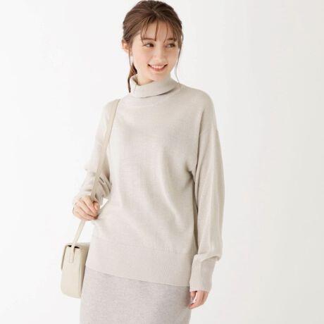 [型番:C5819017]イタリア糸を使用した天竺編みのパフスリーブタートルニット【素材】イタリアで200年の歴史を持つFilivivi(フィルビビ)社の糸を使用。自然な柔らかさのあるウールとアクリルを混紡した良質感のある風合いとバルキーなタッチが特徴です。アクリルに異形断面のふくらみと軽さが出る原料を使用しています。綺麗な目面を最大限際立たせるため天竺編みを採用しました。【デザイン】1枚着でもインナーとしてもアクセントになるタートルネックデザインがポイントのプルオーバーニットです。袖は程よくボリュームスリーブに仕上げ、様々なスタイルに合わせやすく今年らしい抜け感を演出します。【こだわり】キレイ目なスカートやパンツに合わせてオンタイムにはもちろん、カジュアルなボトムに合わせたスタイルにもおすすめ。幅広いシーンで活躍します。是非手に取っていただきたい、今シーズン一押しのニットです。36(S)、42(LL)サイズはWEB限定サイズです。