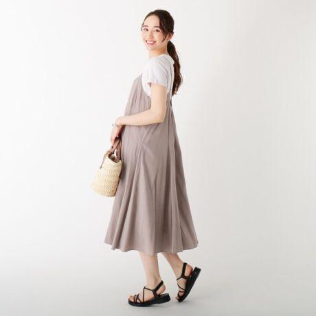 [型番:C5852019]【東京カレンダー掲載】切り替えデザインシルエットが特徴のフレアキャミドレス【素材】シルクのような光沢感が特徴のレーヨン混で、カジュアルになりがちなキャミドレスをきれいな表情に仕上げています。ローン組織なので軽さもあり夏でも涼しく着て頂ける素材感になっています。※裏地あり【デザイン】縦に切り替えを入れた裾部分から三角マチのデザインを入れる事で、裾にかけてのボリュームを出したパターン設計にしています。とてもドラマティックなボリューム感で大人っぽいキャミドレスに仕上げています。バックデザインもワンポイント効いているのも特徴です。※ポケットなし【こだわり】36(S)、42(LL)サイズはWEB限定サイズになります。マシンウオッシャブル機能付きで、ご自宅でのお洗濯が可能です。※比較対照価格はメーカー希望小売価格です。