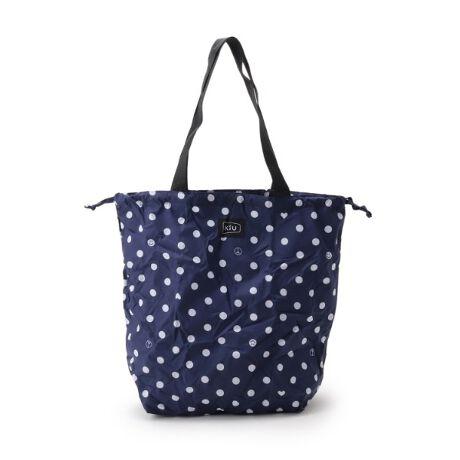 [型番:F9702041]DRESKIP/kiU(キウ)レインバッグカバー【デザイン】雨から大切なバッグを守るレインバッグカバー。バッグの底から被せて、開口部の紐を巾着のように絞ることで、大切なバッグをしっかりと雨から守ります。小さくたためるポケッタブル仕様なので、バッグの中に入れておいてもかさばらないのが◎雨の日はバッグカバーとして、晴れた日にはエコバッグとしてお使い頂けます。【機能性】生地の表面にははっ水加工、裏面にはTPUラミネート加工をすることで防水効果を高めました。バッグの適応サイズ:周囲約80cm 高さ約37cm※はっ水防水加工が施された生地を使用しています。この効果は永久的ではありません。重量:約105g
