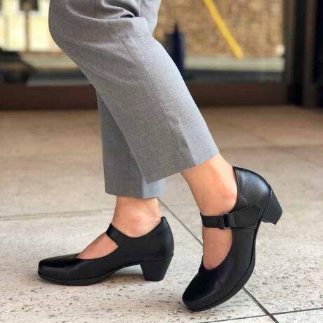 【大人気ベストセラー】【定番】【靴幅ゆったり】ベルト付きパンプス5.5センチの太いヒールで安定感抜群のパンプス。また底材には滑りにくいオールウェザーソールを使用。甲のベルトは脱着しやすいベルクロタイプ。しっかり甲を抑えるので、走れるスニーカーパンプスとしておススメ。かかとの履き口にはパットが入っているので柔らかな足当たりを実現。リピータ続出の定番商品で、お仕事用にはもちろん、休日にもカジュアルなスカートやパンツスタイルに合わせても◎★ショップスタッフによるサイズ感★~スタッフ:せいこさん~普段のサイズ:24.5cm足長:24.3cm/足幅:9.5cm/足囲:23.0cm/ワイズ:Eこの靴で選ぶサイズ:24.5cm着用した感想何より「軽い!」というのが第一印象。ベルトでしっかりホールドされているのに、圧迫感のないゆとりのある履き心地。ヒールも太く安定感があるので、高さをあまり感じません。ベルトはマジックテープで着脱も簡単。なのに履くとすっきり見える優れモノです。#ブラックフォーマル#コンフォート#パンプス#仕事用#ベルト付きパンプス#ラクチンきれいパンプス#定番パンプス#スニーカーパンプス#黒パンプス#レディースシューズ[型番:0888820]