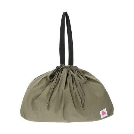 [型番:6P12L0J2200]巾着タイプで荷物もすっぽりと包み込んでくれるカバーバッグ。肩にもかけやすい長めのハンドルや、内ポケット付きなのも便利なポイントです。雨からのカバーにはもちろん、そのままバッグとしてもお使いいただけるので、1つ持っておくと重宝します。