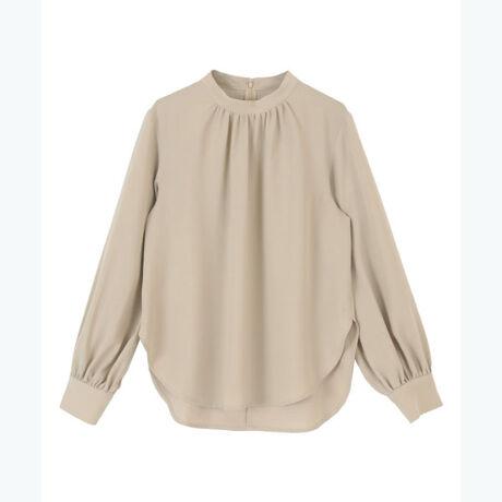 ◆POINT・表面感が綺麗でオフィスシーンでも使えるハイネックブラウス。・薄手の素材なので春先から長く着られる一枚です。・インスタイル、アウトスタイルどちらでも合わせやすいのも嬉しいポイント。[型番:BXXN0951]