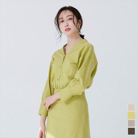 ◆POINT・前後2wayデザインでVネックとスタンドネックを楽しめる麻混前後2wayシャツ。・スタンドネックは首に沿いすぎないので、詰まりすぎず楽な着心地です。・Vネックは抜き襟にして女性らしく着用でき、前後で印象の違いを楽しめるのも嬉しいポイント。・麻混素材ですが表面感はカジュアルすぎず、オフィスにも使える一枚。・フィットしすぎない程よくゆとりのあるサイズ感で体のラインがすっきり見えます。・同素材のスカートとセットアップ風に合わせた着用もおすすめです。[型番:BXXN0990]