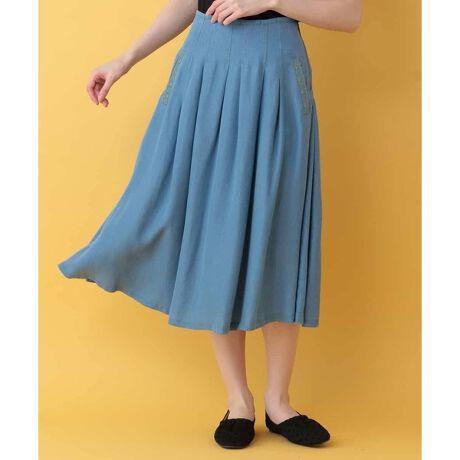 ホコモモラのテンセルデニムスカート。■素材 春から夏にかけて活躍する薄手のセルロース素材。 ほどよい光沢と落ち感のある生地や、軽くてさらっとした着用感が毎年人気のシリーズです。 ご自宅で手洗いできるのも嬉しいポイント。  ■デザイン ウエストや裾の配色ステッチやポケットに施された花刺繍が目を惹くデザイン。 腰回りのダーツで正面からの綺麗見えを叶えつつ、バックゴムウエストで快適な着用感も実現しました。 裏無し仕様なので夏場も涼しくお召しいただけます。  ■コーディネート カジュアルな中にもエレガントさをプラスしてくれるスカートは、Tシャツなどと合わせたラフなスタイリングから、ブラウスやサマーニットなどと合わせた女性らしいスタイリングまで様々なジャンルのオシャレをお楽しみいただけます。  同じお作りのワンピース【GJEGM32198】、パンツ【GJLGM32158】もございます。 model:H165 B79 W60 H88 着用サイズ:M[型番:GJHGM32138]