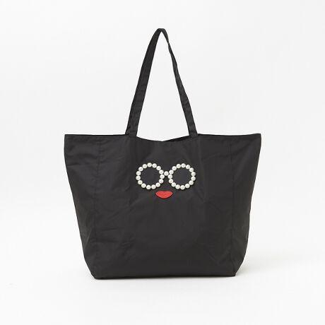 [型番:51425240006]ニューノーマルなこの時代に欠かすことができなくなったエコバッグがアジョリーから新登場。大粒パールの上品なツヤ感と、お決まりのオリジナルモチーフで、小さいけどインパクトがあるバッグでお買い物も楽しくなりそう。折りたたんで付属のポーチに入れると、持ち運びも楽々です。バッグとして使うときは、ポーチをちょっとした小物入れにも。ファスナー付きの内ポケットもあり、使い勝手も良く、見た目の可愛さ、大容量の収納力を兼ね備えた大人の女性の為の遊び心が詰まったアイテムです。収納用ポーチサイズ:横27cm×高16.5cm【a jolie(アジョリー)】スマイル かごバッグでお馴染みの、フランス語で可愛いを意味するa jolie アジョリー。長年セレクトショップのバイヤーを務めたメンバーにより企画された商品を展開しており、ブログやインスタグラム、セレクトショップなどでも話題のブランドです。