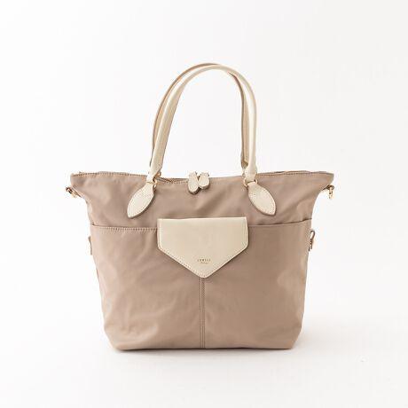 [型番:51425040011]【Detail】リピーター買い続出の新定番バッグから待望のコーデのアクセントになるが新色が登場。シーズンレス、タイムレスで使えるシンプルなのにどこかおしゃれで女性らしい、デイリーに使いたくなる魅力溢れるバッグです。【Detail】A4ファイル、13inchのノートPC、ペットボトルも収納可能の大容量。さらにはショルダーベルト付きで肩掛けもできる2WAY仕様。お子様とのおでかけ、マザーズバッグとしても最適です。外側には3つ、メイン収納には4つポケットをつけることで、荷物のバラつきを防ぐ、使いやすさにこだわりました。お手入れラクチンなナイロン素材で荷物が多い方でも安心して持って頂ける抜群の収納力です。【color Coordinate 】ナイロントートはカジュアル過ぎて持っていない、そんな方にぜひ持って頂きたいナイロントート。カラーバリエーション豊富で、お好みのカラーを選べるのも嬉しいポイント。レザー部分には本革を使用しており、さりげない品の良さを演出。キレイめのスタイルやカジュアルなコーデに合わせるとグッと今年らしくブラッシュアップ。定番ベージュ加え、コーディネートの挿し色となるイエロー、パープルが登場。2月にはスタンダードなブラックとネイビー、3月にはペールトーンの新しいカラーも登場します。