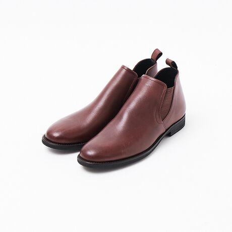 [型番:52411003009]【素材】肉厚で重厚感のある雰囲気が特徴のステアレザーをベースに、表面を熱アイロンで仕上げ品の良い艶感をプラスしたバランスの良いレザーを使用。【デザイン】履きこむほどにアッパーの表情の変化を楽しめるショートブーツ。筒の丈は短く、ブーツというよりは、くるぶしが隠れる程度のシューズという感じなので、手軽にコーディネイトに取り入れやすいのもポイント。不変的なデザインなので、お手入れしながら経年変化を楽しみ、長くご愛用頂きたい品。【コーディネイト】野暮ったさのないシルエットなので、ブルゾン程度の織りを使用する秋口から使え、冬になりコート等でスタイリングにボリュームが出てきても足元がボリューム負けしないので、秋から冬にかけてシーズンは長めにご使用いただけます。また、履き口はくるぶし上くらいなので、ボトムスの丈感を選んだりすることもなく様々なスタイリングをお楽しみ頂けます。サイズ感について ・コンバースやナイキなどといったスニーカーと比較してもおおよそ0.5cm~1cm程大きく作られております。Ex.コンバースで27.0cmを履かれている方は、SIZE:42(26.0cm)程度とお考え下さい。※履き方・足型等、個人差はございますので、あくまでも参考程度にお考え下さいませ。