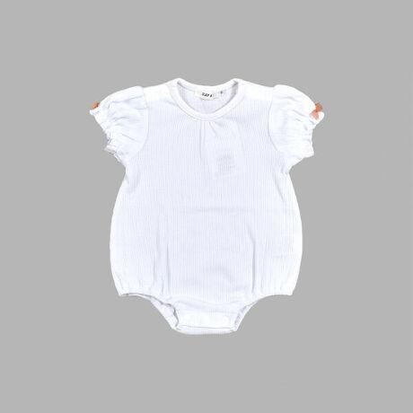 イーベビーの半袖 ミニ 針抜き 天竺 ロンパース (70~80cm)。シンプルなミニ針抜き天竺素材の、女の子用ロンパース。ミニ針抜き天竺素材で仕上げることで、リブ素材のようにすっきり見える生地感に仕上がっています。ミニフリルのお袖と、両袖に付いたリボンが女の子らしい可愛いポイント♪かぼちゃパンツ合わせも可愛いロンパースです。【SLAP SLIP(スラップ スリップ)】~子どもの欲しいをカタチに~ヨーロッパのこどものように子どもらしい今しか着れないナチュラルなかわいさを提案どこか上品で清楚感漂うフレンチカジュアルはいつものコーディネートをさりげなく格上げ[型番:1837-32026]