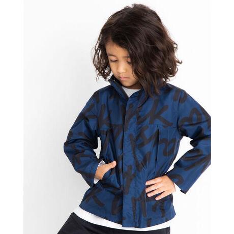 ワスクのロゴプリント リバーシブル タフタ ジャケット (100~160cm)。無地×柄で着回し力抜群のジャケット。総柄は大柄でWASKのロゴを施したデザインになっております。軽いタフタ素材を使用しているのでお子様でも着やすい万能アイテム!【WASK(ワスク)】WEE AGED SAUCY KID「我々は小生意気な子供である・・・」自由で遊び心満載な男の子へ現代のメンズカジュアルに欠かせないストリート・ミリタリーなどの要素をキッズウェアーで表現。シャープで大人顔負けのDomestic男児ブランド[型番:1345-31524]