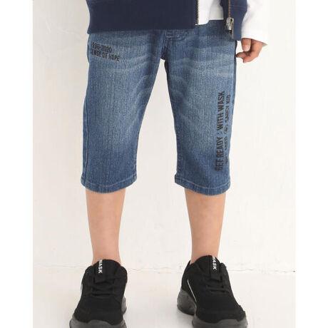 ワスクの6分丈 ロゴプリント デニム パンツ (100~160cm)。縦と横のランダムに入ったロゴがかっこいいデニムパンツ。ブラックデニムとインディゴデニム(ネイビー)の2色で登場!デイリーコーデに使いやすく合わせやすい1着です。【WASK(ワスク)】WEE AGED SAUCY KID「我々は小生意気な子供である・・・」自由で遊び心満載な男の子へ現代のメンズカジュアルに欠かせないストリート・ミリタリーなどの要素をキッズウェアーで表現。シャープで大人顔負けのDomestic男児ブランド[型番:1350-32633]