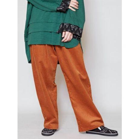シーズンライクなスタイルを演出できるコーデュロイ生地のスタンダートパンツ。秋冬コーデにぴったりな温かみのある素材感。左ポケットにさりげなく入ったネイティブ柄の刺繍がポイント。タックの入ったボリュームのあるシルエットで楽な穿き心地です。・ジップフライタイプです。※こちらの商品は1点1点職人による手作りとなります。その為、形や色合い・模様など若干異なる場合がございます。あらかじめご了承ください。Amina Collection Co.,LTD.[型番:CAA-0318]