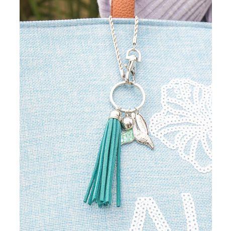 バッグやポーチを華やかにしてくれるバッグチャーム。キーホルダーとしても◎Hawaiiの海の波間からテールをのぞかせたコホラ(クジラ)。そのホエールテールをハワイアンジュエリー調の刻印と、シェルフレイクで青いハワイの海をイメージしてデザインしました。ハワイでホエールテールは『幸運を運び込む』といわれています。ご自身用にはもちろん、プレゼントにもおすすめなラッキーモチーフです。kahiko(カヒコ) ROOTS of HAWAI'Iハワイの華やかなリゾートカルチャーからその歴史的ルーツまで。日本人が愛してやまないハワイの奥深い魅力をお届けします。※こちらの商品は1点1点職人による手作りとなります。その為、形や色合いなど若干異なる場合がございます。あらかじめご了承ください。Amina Collection Co.,LTD.[型番:4CSP1101]