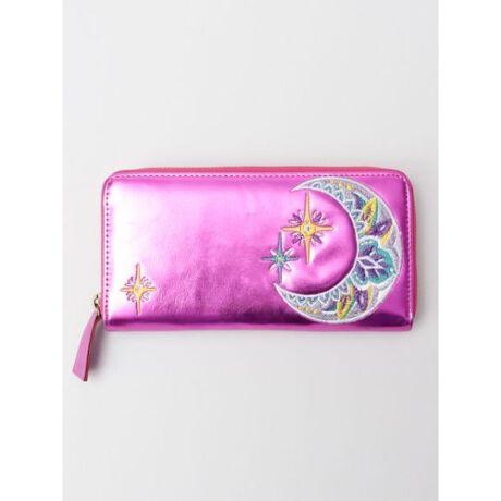 チャイハネのマハラージウォレット[型番:CSIP9104]メタリックな財布で金運アップ★光る素材の財布は運気を引き寄せます。マハラジャのような圧倒的ゴージャスな財布はいかがですか?★モチーフ部分には繊細で可愛らしい刺繍をあしらいました。他にはない個性豊かな長財布です。・ファスナーポケット付きで小銭を取り出しやすく、お札や商品券などを分けて収納できる便利なデザイン。・カードポケット付き。カード類を8枚収納可能。◆ゴールド : 「ELEPHANT 象」幸運の象徴ゾウ!ゴールドとの組み合わせで金運UP!◆シルバー :  「LOTUS 蓮」浄化と再生のシンボル。落ち着きをもたらすシルバーにのせて☆◆ピンク : 「MOON 月」持ち主の知性を高めてくれる月と優しさを引き出すピンクで魅力UP♪※こちらの商品は1点1点職人による手作りとなります。その為、形や色合いなど若干異なる場合がございます。あらかじめご了承ください。Amina Collection Co.,LTD.