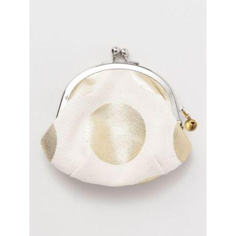 チャイハネの【カヤ】-HAKUTAMA- 箔玉 ミニがま口和色にこだわり、箔プリントをあしらったキラキラと目を引く水玉がま口シリーズ。付属のかわいらしいサイズの鈴は取り外しも可能。 丈夫な帆布を使っているので長くお使いいただけます。小銭や小物入れにちょうどよい大きさのがま口です。◆カヤ◆古くから伝わる日本の伝統と新しい文化の融合。「新しいカタチの日本」に出会える倭物ブランド【カヤ】「文明開化」をテーマに、倭モダンで色彩あふれる刺激的な和雑貨を提案していきます。※こちらの商品は1点1点職人による手作りとなります。その為、生地の取り方により柄の配置や形・色合いなど若干異なる場合がございます。(画像は一例です。)あらかじめご了承ください。Amina Collection Co.,LTD.[型番:72HP0302]