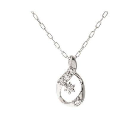 [型番:00091520404607]◇Samantha Tiara(サマンサティアラ)のレガーロサマンサティアラのシンプルダイヤドロップモチーフネックレス。立体的なドロップモチーフに繊細に輝くダイヤモンドを添えて。大切な人へ、想いを込めて選ぶプレゼント、自分へのご褒美に選ぶプレゼントに。シンプルなデザインでデイリーに身に着けやすく、いつのも装いにさりげなく輝きを与えてくれるジュエリーです。