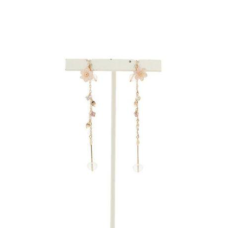 [型番:00091710604001]◇Samantha Tiara(サマンサティアラ)の花びらモチーフピアス優しいピンクの花が上品な可愛いらしい新作シリーズです。まるでそよ風に舞いながらきらめく花びらのような細かな地金のパーツには、より軽やかさが引き立つようにカーブをつけているので陽射しを取り込んで、スパンコールのようにキラキラと輝きます。チェーンやストーン、花びらの、繊細なディティールの輝きは、華奢なのに華やかで、上品なのに印象的。これからの、フェミニンで抜け感のある軽やかなトレンドにピッタリです♪