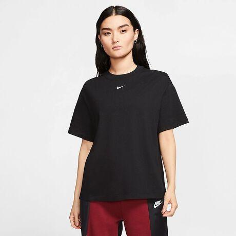 [型番:64563109]定番のTシャツコレクションをレベルアップ。柔らかいコットンニット素材に刺繍のSwooshロゴをあしらった、色あせないNikeスタイル。【CT2588-010】※NIKE商品単品でのご注文の場合、お届け日数の目安は4日となります。