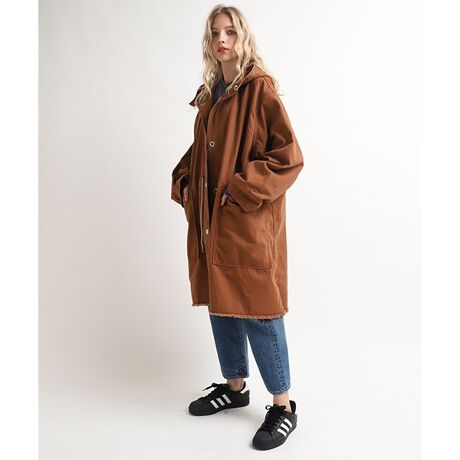 アールエヌエーのBIGフードコート■シルエットにこだわったBIGフードコート■ガバッと羽織れるシルエットにこだわったオーバーサイズコートです。シンプルなデザインですが大ぶりのスナップ釦、ポケットなどで、存在感の有るコートになりました。大きな腰ポケット(右)の内側に小ポケットが隠れており、細部にもこだわったアイテムです。袖口を広く折り返して着るのがポイント。裾周りを裁ち切りフリンジにする事で軽快な印象に仕上げました。着回しのきくブラウン、定番の加工デニム、アクセントカラーのオレンジの3色と、バリエーションのあるベースカラーもポイントのひとつ。中に十分着込む事も可能な活用度の高い今期おすすめのコートです。透け感:なし伸縮性:なし裏地:なしポケット:あり※こちらは参考情報となります。多少の誤差はご了承ください。[型番:C0715]