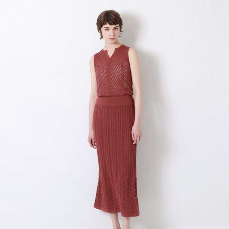 ラブレスの2in1ニットアップドレス。透かし編みが涼しげな印象のノースリーブトップス×スカートのセットアイテム。【素材】レーヨン混の表面がキレイな糸でを使用。繊細な透け感が涼し気な編地で仕上げました。【シルエット/デザイン】トップスはコンパクトな丈感ですっきりと仕上げ、フロントのVあきが程よい抜け感と女性らしさを演出。プルオーバーは裏地なしですので、インナーで肌みせを調節してお楽しみいただけます。マーメイドシルエットが魅力のスカートは、裏地付きで安心してご着用いただける上、ニットならではの着心地の良さと繊細な表情が上品で、1枚でもサマになるアイテムです。【スタイリング/その他】セットアップでドレス見えが叶い、単品使いでもワードローブに取り入れやすいアイテムですので、マルチに活躍してくれます。[型番:62J98553__]