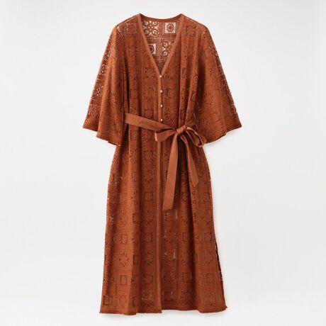 ラブレスのタイルレース ガウン。レイヤードアイテムとして重宝するレースのロングガウン。立体感のあるエキゾチックな柄が特徴の、上品で繊細なレースを使用した価値ある一着。夏にかけてコーディネートがシンプルでワンパターンになりがちですが、一枚羽織るだけでシンプルな着こなしも華やかになります。ロングな丈感でパンツとの相性も抜群。ウエストリボンは着こなしに合わせ、前結び、後ろ結びのどちらでも着用可能なのも嬉しいポイントです。シンプルにデニム合わせはもちろん、同素材のレースパンツ(品番:62R43346)と合わせたセットアップスタイルもお楽しみ頂けます。[型番:62M30346__]