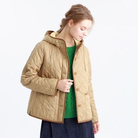 マッキントッシュ フィロソフィーの<COWIE>ポランプロテクトキルティングジャケット。コンパクトなシルエットにしておりますので、すっきりした印象でご着用いただけます。トレンドのボリュームのあるボトムスとも合わせやすく、汎用性の高い1着です。【素材】マイクロファイバーを使用し高密度に織ることでソフトでしなやかな風合いのノンコーティング素材です。さらに花粉対策素材(付着防止性能・脱落性能)でもあります。ネイビー×グリーン(29)、ベージュ×イエロー(40)の配色で、裏側のキレイなカラーが見えるのもポイントです。中わたには、吸湿発熱効果のある機能性中わたを使用しています。※はっ水下げ札が付きます。※34サイズは一部店舗でのお取扱いになります。[型番:H5E52300__]