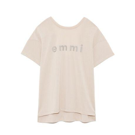 [型番:14WCT211216]背中が大胆に開いた、バックシャンなTシャツ。フロントにはブランドロゴが施され、前後で抜かりのないデザインに。吸水速乾、UVカット機能に優れ、日常ではもちろん、スポーツシーンにも最適です。※商品画像はサンプルのため、色味やサイズ等の仕様に変更がある場合がございますので、予めご了承ください。※照明の関係により、実際よりも色味が違って見える場合があります。またパソコン・スマートフォンなどの環境により、若干製品と画像のカラーが異なる場合もございます。予めご了承ください。商品の色味は、商品単品画像をご参照下さい。<font color=#800125>■■ Designer's Voice ■■</font>サステナブルで高機能な素材を使用したemmiロゴTシャツ。トレンドの背中開きディティールをさりげなく入れているので着用時に程よい抜け感が出る着用しやすいTシャツになります。【emmi】ロゴは今回はインパクトある大き目のロゴをポップに入れているので暖かくなる季節にピッタリなロゴTシャツになります。