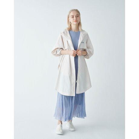 [型番:13WFC212003]雨の日やアウトドアシーンでも活躍してくれる超撥水コート。こなれた雰囲気を演出できるオーバーなサイズ感を、ラウンドさせたヘムラインですっきりとまとめています。女性らしいワンピーススタイルなどの甘さを抑えたいときにもおすすめの一着です。ウォッシャブルなので、お手入れも楽に行えます。※照明の関係により、実際よりも色味が違って見える場合があります。またパソコン・スマートフォンなどの環境により、若干製品と画像のカラーが異なる場合もございます。予めご了承ください。商品の色味は、商品単品画像をご参照下さい。※商品画像はサンプルのため、色味やサイズ等の仕様に変更がある場合がございますので、予めご了承ください。<font color=#800125>■■ Designer's Voice ■■</font>超撥水加工が施されている軽羽織りのコートです。梅雨時期の小雨程度ですと傘をささずこちらのコート1枚で対応できます。蒸れない様に後ろヨーク部分に通気を良くする為、メッシュ仕様にしているのもポイントの一つです。脇のスリットはお好みで調節できるのでその日のスタイルによってシルエット変化も可能です。丈感は自転車も漕げるくらいのミドル丈のコートなので幅広いシーンで着て頂けるコートになります。※比較対照価格はメーカー希望小売価格です。