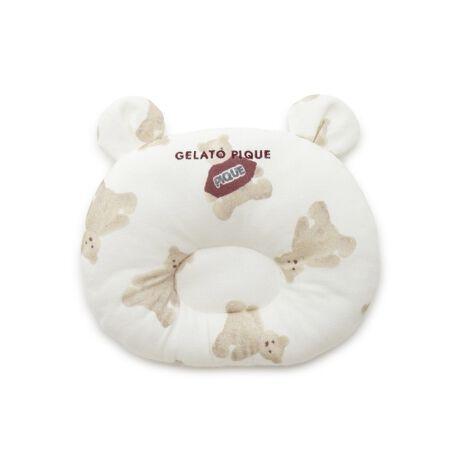 [型番:PBGG205748]<b>【キュートなクマ耳デザインのベビー枕】</b><b>【Design/Styling】</b>テディベアを総柄で描いた、真ん中がぽっかりあいたドーナツ型のベビー枕。柄に合わせたクマ耳デザインで、「gelato pique」ならではの遊びを効かせました。頭が沈み込み過ぎない適度な固さやカーブラインにこだわり、目立たない部分にまで気を配った細かい設計がポイント。同シリーズのブランケットやスタイを合わせたセットは、新生児ギフトにもおすすめです。<b>【Fabric】</b>柔らかくストレッチ性のある、コットンパイル生地を使用しました。※こちらの商品は1つ1つ柄が異なります。商品によって服を着たテディベアの柄が描かれていない可能性がございます。予めご了承ください。※商品画像はサンプルのため、色味やサイズ等の仕様に変更がある場合がございますので、予めご了承ください。※照明の関係により、実際よりも色味が違って見える場合があります。またパソコン・スマートフォンなどの環境により、若干製品と画像のカラーが異なる場合もございます。予めご了承ください。商品の色味は、商品単品画像をご参照下さい。