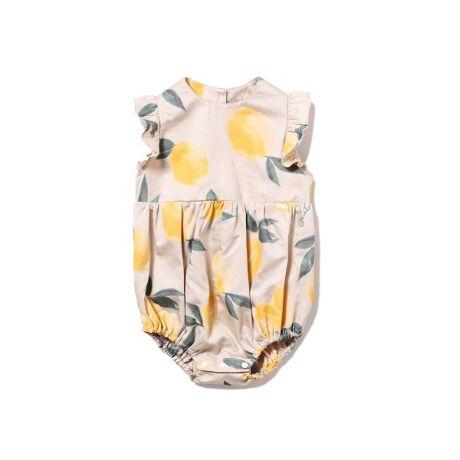 [型番:PBFO212475]<b>【レモンのような丸いシルエットがキュートなベビーロンパース】</b> <b>【Fabric】</b>柔らかで涼しく、夏にぴったりな着心地のコットンを使用しました。<b>【Design/Styling】</b>昨年も人気だったフルーツアロハシリーズ。今年も新しいフルーツ柄で再登場です。夏らしいジューシーなレモンをモチーフにしたベビーロンパースは、柔らかなコットンを使用し、暑がりなお子様にもおすすめの涼しい着心地に仕上げました。レモンをイメージした丸いシルエットと、袖にはフリルをあしらった、とびきりキュートなデザインです。同シリーズでレディスとHOMMEもご用意しましたので、ご家族お揃いでお楽しみください。<b>【Size Chart】</b>50…0~3ヵ月 (ねんね期)70…~6か月 (首すわり期)80…~12ヵ月 (ハイハイ・たっち期)※参考年齢は目安となります。個人差がございますのでご注意ください。※照明の関係により、実際よりも色味が違って見える場合があります。またパソコン・スマートフォンなどの環境により、若干製品と画像のカラーが異なる場合もございます。予めご了承ください。商品の色味は、商品単品画像をご参照下さい。※商品画像はサンプルのため、色味やサイズ等の仕様に変更がある場合がございますので、予めご了承ください。