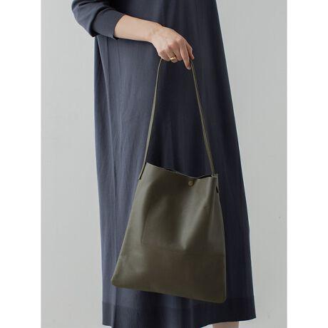 """[型番:60410220000]人気ブランド【THE CASE】からcollex別注レザートートバッグが登場!A4サイズが入るのでベーシックなデザインながら使いやすさがポイント。どんな服装にも合わせやすいので、ユニセックスでお使いいただけます。《POINT》・縦を1cm伸は?して細長いスッキリしたシルエットを表現。・ハント?ルの付け根を5cmに伸は?してテ?サ?イン性をフ?ラス!・スナッフ?ホ?タン仕様でマットカラーで大人っぽさを与えてくれます。※ATTENTION※1枚革の質感を大切にしているため、裏地や芯地を付けておりません。白い革財布や淡色のものに、ハ?ック?の中の摩擦て?色移りすることか?あります。【THE CASE/ザ ケース】""""BASIC & FLEXIBILITY""""をテーマにオリジナルGOODSを展開していく「THE CASE」リアルな東京カルチャーを様々なクリエイションを通して発信。""""SIMPLITY & FUNCTION""""をベースに時代に合う旬なユニセックスアイテムを中心に展開。カーキ モデル:H173 B80 W60 H88 着用サイズ:Fブラック モデル:H173 B80 W60 H88 着用サイズ:F"""