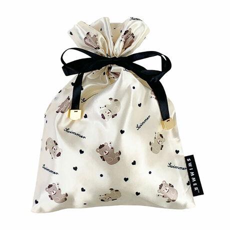 [型番:8339-478]【SWIMMER オトナコレクション at マルイ 先行発売商品】おしゃれなサテン地の巾着はグッとカバンの中を華やかに。お菓子を入れても、コスメを入れても・・使い勝手抜群です!ピンクとブラックの2柄。オトナかわいいをテーマにしています。スマホもすっぽり入るしっかり入る優れもの♪紐のエンドのメタルチャームと、SWIMMERの文字が入ったタグがこだわりです。マルイノアニメ2104161