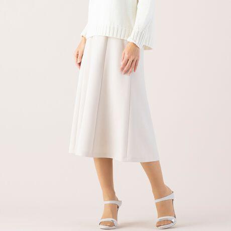 [型番:73042121]◆きちんと感×旬の装いで 鮮度のあるフレアースカート◆【小さいサイズ】【Sサイズ】【5.7号展開】【日本素材】【セットアップ可 ジャケット・スカート・パンツ】糸を撚糸することによる細かな表面感は、微光沢とマットさがちょうどよく、着ている人を優しく見せてくれます。ぷるんとした程よい肉感の二重織でハリ・コシがあるため重たさは感じにくい国内のダブルクロス素材を使用。マットな素材ででフェミニンになりがちなフレアースカートも大人っぽく上品に仕立てました。無駄のないミニマムなデザインで汎用性も広いアイテム。優しい色味のライトベージュ・春らしさのあるライトグリーン。きりりと引き締まった印象のダークブルーの三色展開。ジャケット・スカート・パンツのセットアップ商品。シーンに合わせてお好みの着こなしをお楽しみください。ジャケット:73102121パンツ  :73052121スカート :73042121◆コーディネート◆ノーカラーのセットアップというとツイードを思い浮かべる方も見えるかもしれませんがそんなイメージを覆す、鮮度のあるセットアップ。はじめましてのシーンにも自信を持って出かけられそうな、おしゃれなセットアップでコーディネート。同素材のだけでなく、カジュアルを女性らしくこなすのにも良いアイテム。あえてざっくりとしたニットを合わせてこなれ感のある着こなしも一歩先行くお洒落さんを感じさせてくれそうです。外国人モデル:174cm日本人モデル:162cm◆商品ポイント◆素材の厚さ :普通素材の透け感:透けない素材の光沢 :光沢がない素材の伸縮性:ある 裏地仕様  :総裏 キュプラ裏地ウエスト  :ストレッチインベルポケット  :あり(前身頃切り替え)ファスナー :後ろ中心コンシールファスナー +ホック+スナップ◆リリアンビューティエクラ コンセプト◆ 【小さいサイズ】トレンドに敏感でありながら、品良く、大人の女性をイメージ「上品」「上質」に「旬」をプラスして、ライフスタイルに合わせてセレクトできるアイテムを提案いたします ※撮影環境により 光の当たり具合で色味が違って見える場合があります。 ※モデル画像はサンプルを使用しているため、色味やサイズ・プリント位置・仕様などに変更がある場合がございます。 ご了承くださいませ。
