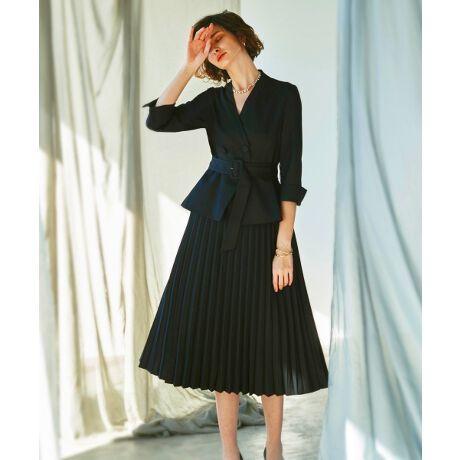 [型番:CSU977]ドッキングプリーツワンピーススーツジャケットとプリーツスカートをドッキングさせた新鮮なデザインのワンピース。スカート部分にはプリーツをかけ、エレガントな印象に。長めの着丈なのでフォーマルなシーンにもぴったりのアイテムです。1枚で上品な着こなしが完成し、セレモニーから通勤まで幅広いシーンにおすすめです。【ディティール】◆ワンピース・ベルト共生地のベルトでウエストマークが可能です。二つのボタンがアクセントにもなっています。・ボタン内側にスナップボタンが付いているので綺麗な形をキープします。・デザインジャケットを着合わせたようなデザインでしっかりした印象も与えられます。・ポケット切替線を利用したシームポケットなので美しい見た目を損ないません。◆生地動きやすくしっとりとした特徴の生地動きやすく、しっとりとした手触りが特徴の生地を使用しています。プリーツ部分も同生地で、綺麗な形をキープします。◆裏地すべて裏地つきです。滑りがよく着用しやすい仕様になっています。◆デオドラント消臭・抗菌効果のあるデオドラントネーム付きデオドラントネームRとは、優れた消臭&抗菌効果を備えたフィルムラミネート消臭ネームです。無機物でできた安全で優れた消臭剤が各種の悪臭を吸着し、臭いのしない成分に中和無臭化します。生活悪臭の代表とされる「アンモニア」に対し効果を発揮します。【カラーバリエーション】・ネイビー凛とした雰囲気で品良く優美なスタイル上品で落ち着いた印象のワンピースは最大限のドラマティックを演出します。ネイビーは入卒園式から普段の行事まで使える人気カラーです。・チャコールグレー大人の女性の気品や品格を感じさせてくれるカラースタイリッシュできちんと感もあり、堅苦しすぎない上品なカラー。信頼を与える色なのでオフィススタイルのスーツの色としてもぴったりです。・ブラック女性を美しく知的に見せる魅惑のブラックどんな時にも外さない定番カラー。動くたびに揺らめくプリーツは華やかさがあり、ブラックでも堅くならず女性らしく上品に着こなせます。●おすすめシーン・入園式お子様が主役のハレの日はパールビジューのネックレスとコサージュをつけてセレモニーらしい雰囲気に。