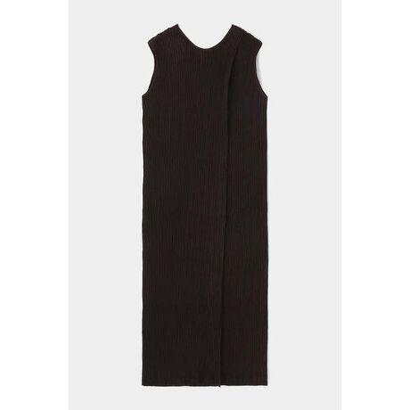 [型番:010DA330-6010]【M_PLEATS DRESS】繊細なプリーツの立体感が映える、ストレートシルエットのシンプルなドレス。同素材のパンツとレイヤードしてリラクシーに、ウエストをベルトでマークしてドレッシーにも、スタイリング次第で雰囲気の変化を楽しめます。  シルエットに今季らしい存在感をもたせてくれる肩パット付き。背中をきれい魅せてくれるVネックのバックスタイルもポイント。PETボトル等のリサイクル原料から再生されたポリエステル繊維を使用した生地に繊細なプリーツ加工を施したオリジナルの素材です。