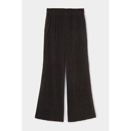 [型番:010DA330-5950]【M_PLEATS FLARE PANTS】繊細なプリーツの立体感と、すこし裾広がりになったシルエットが脚をきれいに魅せてくれるパンツ。ウエストはゴム仕様で着心地が良く、ハイウエストにも、ローウエストにも、お好みではきこみを調整してスタイリングを楽しめます。リサイクルポリエステルから織られた生地にプリーツ加工を施したオリジナルの素材。    同素材のジャケット、トップスとセットアップでの着用もおすすめです。PETボトル等のリサイクル原料から再生されたポリエステル繊維を使用した生地に繊細なプリーツ加工を施したオリジナルの素材です。