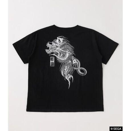 [型番:490DSU90-001R]「堂島の龍」や「伝説の龍」などと呼ばれている桐生一馬のTATOOをバックプリントであしらったTシャツ。誰でも手軽に桐生の「応龍」を背中に背負うことができる!胸元には「RYU GA GOTOKU」とローマ字で。