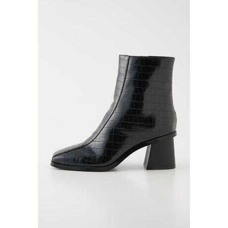 [型番:510ESZ55-0110]【ブーツ】クロコ素材がポイントのショートブーツ。太めのヒールで歩きやすく、長時間のお出かけにもオススメ。シンプルなカラー展開で様々なコーディネートに合わせられるアイテム。