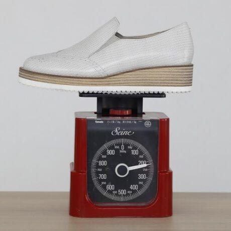 [型番:611117]【web限定カラー:シロ】プラットフォーム(厚底)のスリッポン。スタイルを問わず様々にマッチするデザインです。シンプルなだけに存在感のあるレザー素材を選んでいます。脱ぎ履きが楽で、さっと履いたら決まる、活躍度の高い1足。洗練されたカラー展開も魅力。とても軽く、足の裏に負担を感じない、らくな履き心地です。※商品画像は撮影サンプルのため、実際のお届け商品とは仕様が若干異なる可能性がございます。【機能】抗菌・防臭中底クッション貼りつま先裏クッション有り