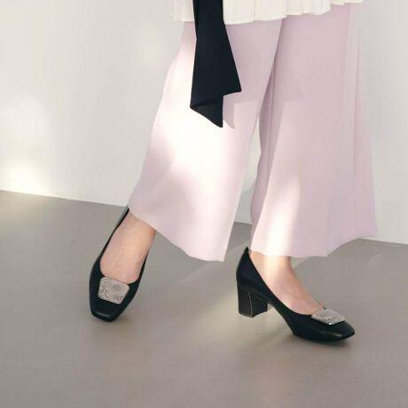 [型番:611108]◆「美人百花」3月号掲載アイテム(Lグレー)◆スクエアトゥバックルがポイントの新作パンプス。履きやすい太ヒールで安定感がある履き心地。今年らしい柔らかなペールカラーがトレンド感アップ。女性らしさを引き立てます。全カラー撥水仕様、「クロ/C」はLWGレザーを使用しています。※スムース部分 25.5cm以上のサイズはヒールの形状が異なります。ページ下部をご参照ください。   ■LWG認証取得サステイナブルレザー■レザーワーキンググループ(LWG)の認証を受けたタンナーで生産されています。LWGとは、世界の有名ブランドが加盟しているイギリスにある国際団体です。エネルギーと水の使用量、汚水処理、廃棄物管理、薬剤規制など、レザーに対する持続可能な安全性と地球環境の保護を啓蒙し、世界中のタンナーを共通の環境基準によって製造工程の審査をしています。【機能】ノンスリップ中敷抗菌・防臭中底前方クッション切替(カエリ良い)中底クッション貼りつま先裏クッション有り撥水素材タイプ