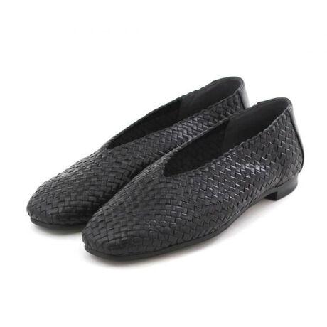 [型番:611122]オールレザーで編み上げたmade in Japanの贅沢なメッシュパンプス。トレンドの深めVカットとスクエアトゥでモードな雰囲気に。フィット感に優れ足馴染みも良くやわらかな履き心地。春先から盛夏まで大活躍の1足です。ソールも滑りにくく返りの良い合成クレープ仕様。履くだけで、今っぽい雰囲気が作れます。【機能】静音ヒール滑りにくい靴底ノンスリップ中敷抗菌・防臭中底前方クッション切替(カエリ良い)中底クッション貼り