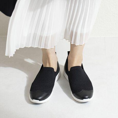 [型番:611127]伸縮性にすぐれた編地で作られた脱ぎ履きしやすいスリッポン。オリジナルで開発したフレキシブルライトソールを使用。カップインソールでフィット感も抜群です。メダリオンが程よく、大人のシティ履きにピッタリ。カジュアルながらにすっきりとしたシルエットです。カラー展開も春夏に合わせやすく、コーデを楽しめる一足です。◆HIMIKOオリジナルフレキシブルライトソールの特徴◆・軽量・屈曲性に優れ、歩行がしやすい・滑りにくいグリップつき履き心地の良さを叶えるオリジナルソールです。【機能】軽量アーチパッドカップインソール中底低反発クッション貼り中底前方クッション切替(カエリ良い)