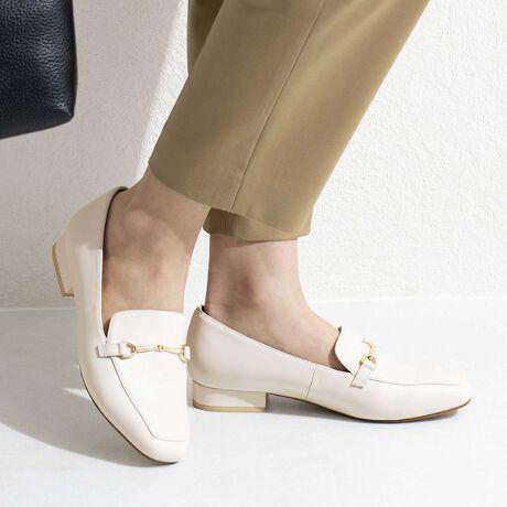 [型番:611150]★オンライン限定商品(店頭では並んでいない商品)★ベーシックなデザインで、ソフトな履き心地のローファーシューズ。華奢なビットが洗練された印象です。春夏ファッションの素足合わせも似合う、重たく見えないたたずまい。靴下と合わせて履く方は、ワンサイズ上を推奨いたします。軽くてらくちん。気楽に履ける1足です。衣装協力:MIDDLA(グリーンの着用写真)衣装協力:CHONO(アイボリー着用写真トップス)【機能】中底クッション貼り