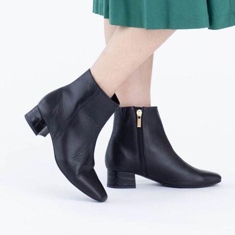 ヒミコ(HIMIKO)のスクエアトウショートブーツ/601403★★トレンドのスクエアトゥブーツにHIMIKOの履き心地がプラス!★★トレンドをおさえるなら持っておきたいスクエアトゥショートブーツ!HIMIKOならではの履きごこちで登場。一気に今年らしい足元にアップデートできる一足。ベーシックなカラーだけでなく、淡い色味で優しい印象のエクリュカラー、コーデのアクセントにピッタリのレオパード柄をご用意しました。4.0cmのチャンキーヒールで安定感とシルエットの美しさを両立させました。一枚革仕上げでつなぎ目がなく、外反母趾・内反小趾が気になる方も安心の足当たりの良さ。つま先裏クッション、中底クッションを搭載し快適な履き心地に仕立てています。クロ、ノウチャ、アイボリーは撥水素材を使用しており、急な雨や汚れにも安心です。・滑りにくい靴底・ノンスリップ中敷・抗菌・防臭・中底クッション貼り・つま先裏クッション有り【HIMIKO】見て美しく、履いて美しく。美しさと履き心地が両立し、女性ならではの麗しさ・優美さ・愛らしさを引き立て、着飾ることに喜びを感じさせる靴。毎シーズン、トレンドのエッセンスを織り交ぜた魅力的な商品が登場。様々なシーンで、コーディネートを靴から選んで考える靴好きな女性達の心を躍らせるシリーズです。【関連商品】・601404[型番:601403]