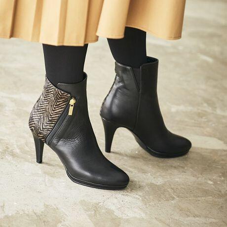 ★★気品漂うシルエットはいつものコーデを格上げしてくれる万能アイテム★★美シルエットと、きらりと光るサイドジップがポイントのショートブーツ。斜めラインのファスナーが造形美を引き立てます。プラットフォームで、見た目以上に履きやすく、トレンド感も楽しめます。スカートにもパンツにもバランスのとりやすい絶妙な丈感。気品が漂うルックスで、オンオフ活躍してくれそう。クロ/Cは、踵の切り替え部がヘリンボーン柄のヘアカーフになっており、品よくアクセントに。クロ、ブラウンは撥水仕様。※商品画像は撮影サンプルのため、実際のお届け商品とは仕様が若干異なる可能性がございます。■ノンスリップ中敷■抗菌・防臭■中底クッション貼り■つま先裏クッション有り■滑りにくい靴底クロ、ノウチャ、アイボリーのみ撥水Lv.1