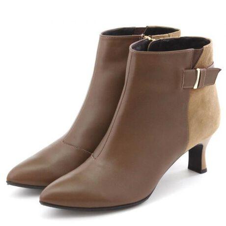 HIMIKO(ヒミコ)のベルトデザインショートブーツ/601408★★実力のある木型で履き心地はそのままに。機能プラスで天気も気にしない優秀ブーツ★★シルエットにも履き心地にも満足度の高いベルトデザインブーツ。立ち姿をより美しく見せるシルエットで、脚をほっそりと綺麗にみせてくれます。かかと部と素材違いでシンプルながらに風合いのある素材感。長年愛される木型にしっかりと入ったクッションで、ヒールならではのぐらつきやすさを軽減します。あたたかな素材でシルエット美しいままに冬の冷え対策にも万全。■あたたかい■ノンスリップ中敷■抗菌防臭■中底クッション貼り■つま先裏クッション有り[LEVEL1] 撥水素材タイプ