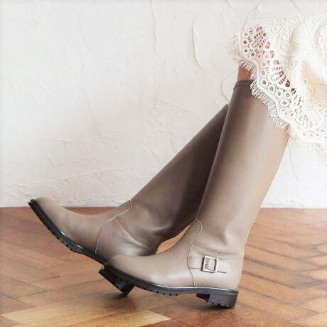 ヒミコ(HIMIKO)のベルトデザインロングブーツ/601413★★注目のロングブーツがHIMIKOからも登場!履き心地に機能性もプラスされた1足は持っておきたいアイテムです!★★2020秋冬注目したいロングブーツ!足元にボリューム感を持たせて、今年らしいマスキュリンスタイルに。重厚感とシンプルなデザインで、様々なコーデに合わせやすい絶妙なバランスの取れた一足です。撥水レザーで急な雨や汚れにも強く、タウンユースとしてデイリーに履けます。※商品画像は撮影サンプルのため、実際のお届け商品とは仕様が若干異なる可能性がございます。■滑りにくい靴底■ノンスリップ中敷■抗菌防臭■中底クッション貼り■つま先裏クッション有り[LEVEL1] 撥水素材タイプ※撥水レベル1:【撥水素材タイプ】撥水機能を持つ素材を使用しております。(完全防水ではございません。)撥水効果は永久ではありません。使用頻度や経年によって撥水性能の低下が感じられた際は、防水スプレーをかけて乾かしてください(30秒程度)。かけすぎや、至近距離からのスプレーは変色、変質の原因となる場合がありますのでご注意ください。【HIMIKO】見て美しく、履いて美しく。美しさと履き心地が両立し、女性ならではの麗しさ・優美さ・愛らしさを引き立て、着飾ることに喜びを感じさせる靴。毎シーズン、トレンドのエッセンスを織り交ぜた魅力的な商品が登場。様々なシーンで、コーディネートを靴から選んで考える靴好きな女性達の心を躍らせるシリーズです。[型番:601413]