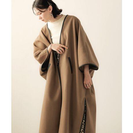 ◆Bab(バブ)◆配色パイピングで今年顔にしてくれるコート配色に施されたエコレザーパイピングがポイントになったコート。これ一枚で旬顔コーデが完成します。身頃から続いたドルマンスリーブはニットの上からでも軽く羽織れ、中のゴワつきも心配ありません。両脇にはスリットを入れ裾をカーブにすることで柔らかい印象に仕上げています。フロントの内側には隠しホックを縫い付け無駄な装飾を省いたシンプルな仕様に。裏地はありませんが表面が起毛している厚みのある素材を使用しているので暖かさも保ってくれます。中に柄物のニットなどを着て袖口から見せたり、ベーシックなカラーなので差し色をプラスしながら、冬のレイヤードコーディネートを楽しめます。生地の厚さ:★★★★★ (アウター素材)伸縮性:★☆☆☆☆ (PU 0%)透け感:★☆☆☆☆ (全く透けない)裏地:なしポケット:あり※撮影環境により、多少実際のカラーと異なる場合がございます。また、携帯やスマートフォン、パソコンなどの画面上と実物では多少色が異なって見える場合がございます。ご了承下さいませ。※画像の商品はサンプルのため、実際の商品と若干仕様が異なる場合がございます。[型番:803604]