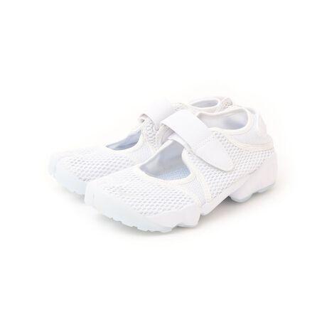 ナイキのNIKE:エア リフト ブリーズ。【NIKE】のエアリフト ブリーズはスニーカーとサンダルを融合したモデル。Nike Tech Ultrameshを採用してオリジナルを一新し、軽さと清涼感を追求したシューズ。ワンピースやスカートなど女性らしいアイテムと合わせたコーディネートもおすすめです!【NIKE】(ナイキ)NIKEは1972年に、フィル・ナイトが設立。社名の由来はギリシャ神話の勝利の女神「ニケ」(Nike)であると言われている。アメリカ合衆国オレゴン州に本社を置く、スニーカーやスポーツウェアなどスポーツ関連商品を扱う世界的企業。イノベーションを意識した商品展開により、今や世界のトップを走るスポーツ&フィットネスカンパニーに成長。ニューヨーク証券取引所に上場している。※こちらの商品は通常4営業日程度でのお届けとなりますが、商品の在庫状況により発送までにお時間を頂戴する場合がございます。※サイズ換算(表記)はあくまで目安となります。※薄いボール紙を使用した箱の為、輸送中に箱が多少破損する場合がございます。予めご了承お願いいたします。※末永く愛用頂く為に、アテンションタグを必ずご確認の上、着用又はお取り扱い下さい。[型番:725310024]